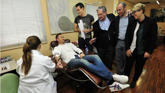 El entrenador del Murcia José Manuel Aira fue el primero en donar sangre.