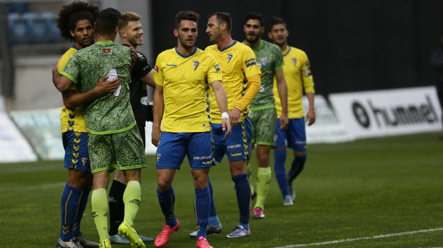 Jugadores de Cádiz Cf y La Hoya Lorca se despiden al término del partido del domingo.