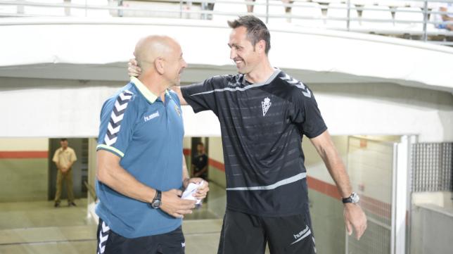 Claudio y Aira, entrenador del Murcia, en el partido de Copa celebrado en la Nueva Condomina.