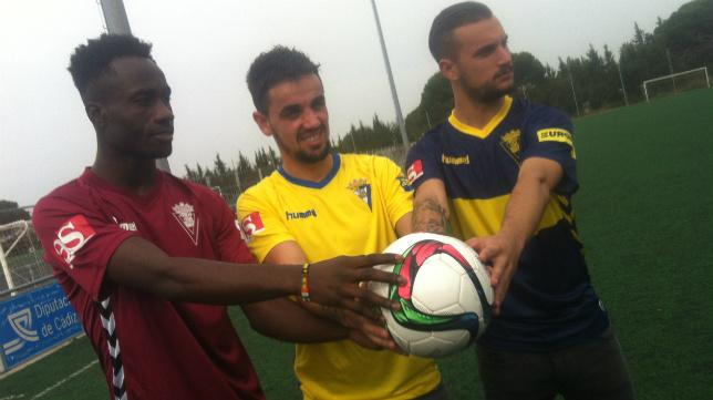 Nana, Carlos Calvo y Carmona, con las tres camisetas del Cádiz CF.