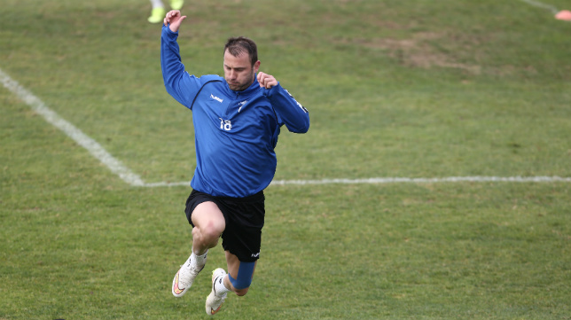 Ranko Despotovic salta en un entrenamiento del Cádiz CF en El Rosal.