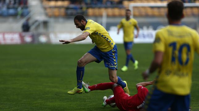 Juanjo disputa un balón ante el Marbella