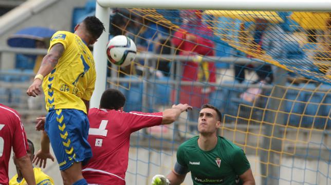 El meta del Murcia Fernando, en el partido de ida en Carranza.
