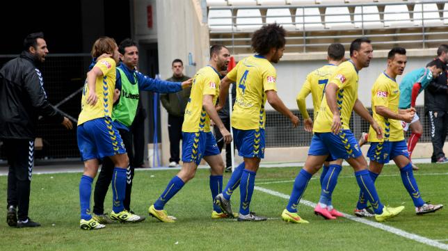 Los futbolistas del Cádiz CF celebran el gol de David Sánchez en Murcia.
