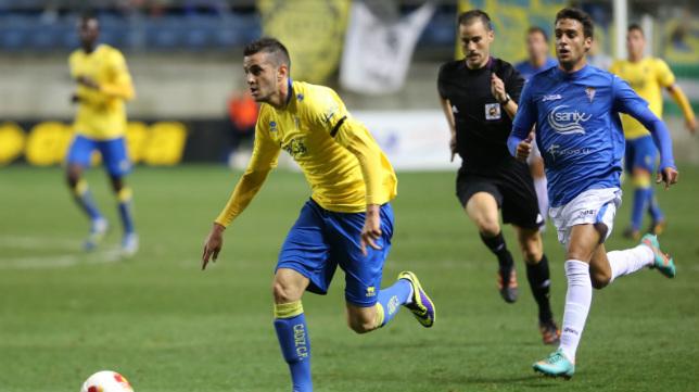 Juan Villar, auor del segundo gol ante el San Fernando en la 2014/15, con el árbitro extremeño detrás.
