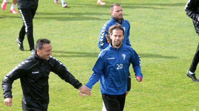 David Sánchez choca la mano con Migue en presencia de Despotovic; tres fichajes de invierno.