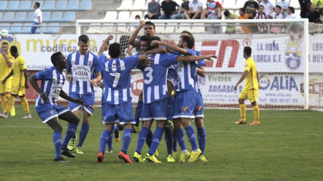 Los jugadores de La Hoya Lorca celebran un gol en el Artés Carrasco.