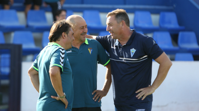 Loren conversa amistosamente con sus excompañeros Claudio y Alfredo antes del partido de ida celebrado en Marbella.