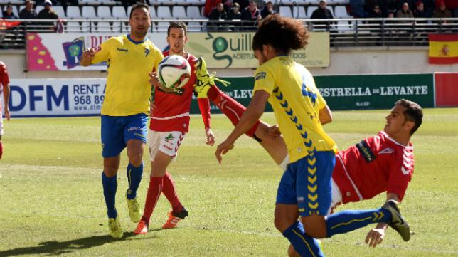 Aridane se hace con un balón en el partido en Murcia.