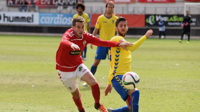 Machado pelea por un balón ante un rival