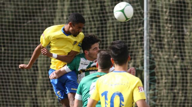 Román se impone por alto a un defensa de la Olímpica Valverdeña en el partido del Cádiz CF B