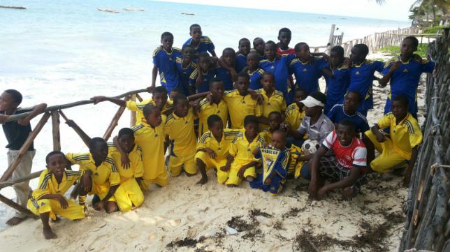 Los integrantes de los dos equipos de la aldea de Zanzíbar, en Tanzania, con el banderín del Cádiz CF.