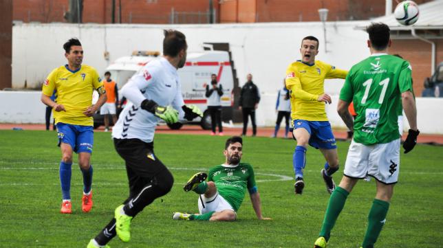 Cifuentes en un lance del partido ante el Villanovense