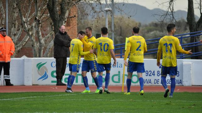 Los jugadores del Cádiz CF celebran un gol de Salvi
