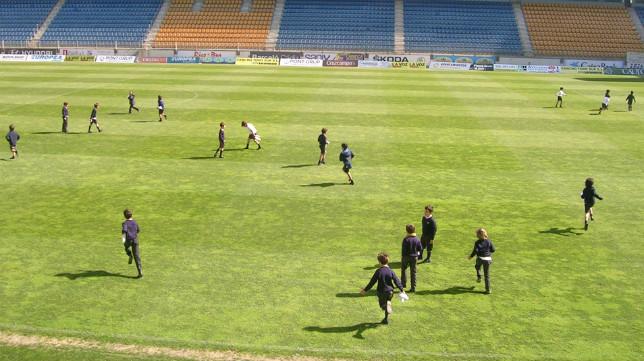 Los pequeños disfrutaron sobre el césped del estadio gaditano.