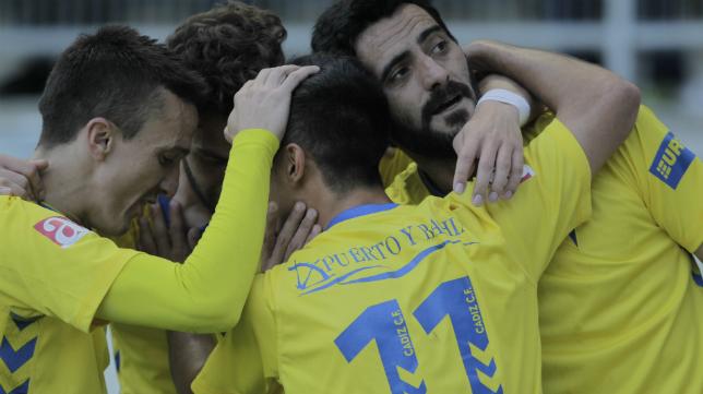 Los jugadores del Cádiz CF celebran un gol en Carranza