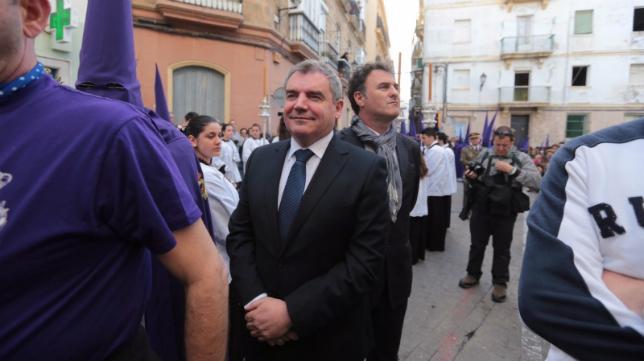 El presidente cadista Manuel Vizcaíno formó parte del cortejo procesional de la Cofradía de las Cigarreras