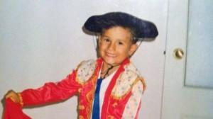 Imagen de Miro Varvodic, hijo de Zoran Varvodic, con traje de luces durante su infancia en El Puerto de Santa María