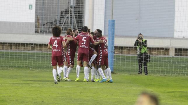 Los jugadores del Cádiz CF celebran uno de los tres goles marcados en Lepe.