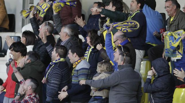 Aficionados del Cádiz CF en la grada del Ciudad de Lepe.