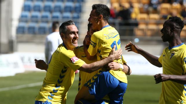 Abel Gómez celebra un gol con sus compañeros en Carranza