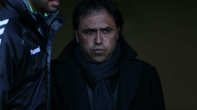 Alfredo Santaelena observa un partido del equipo amarillo desde el túnel de vestuarios.