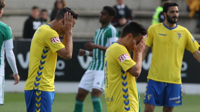 Los jugadores del Cádiz CF lamentan la derrota