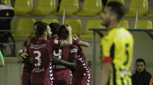 El Cádiz celebra uno de sus goles en el campo del San Roque de Lepe.