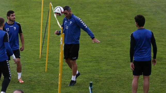 Abel cabecea el balón en un entrenamiento.