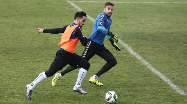 Carlos Calvo intenta superar a Cifuentes en un entrenamiento.