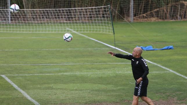 Claudio Barragán lanza balones en un entrenamiento.