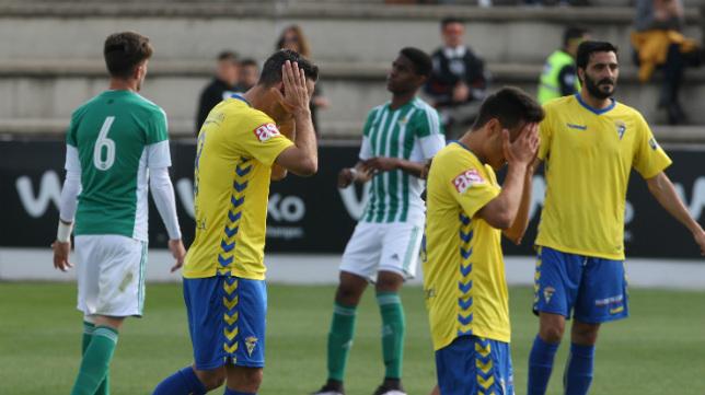 Los jugadores del Cádiz CF se lamentan tras un gol del Betis B.