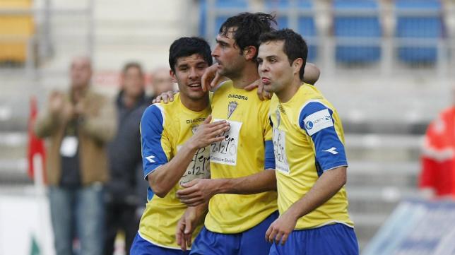 Ormazabal, Fleurquin y Fragoso en un partido del Cádiz CF en Carranza