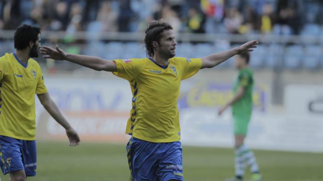 David Sánchez marcando un gol con el Cádiz CF