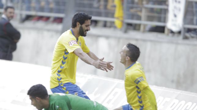 Güiza se acerca a Salvi para agradecerle la asistencia en el primer gol del Cádiz CF.