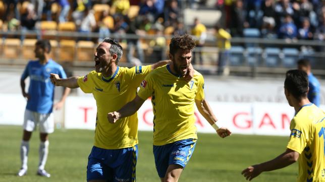 Abel y Lolo Plá celebran el segundo gol del Cádiz ante el Melilla.