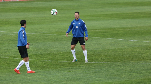 Migue González, antes de controlar un balón.