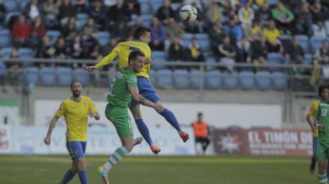 Salvi salta para conectar con el balón en el partido ante el Linares.