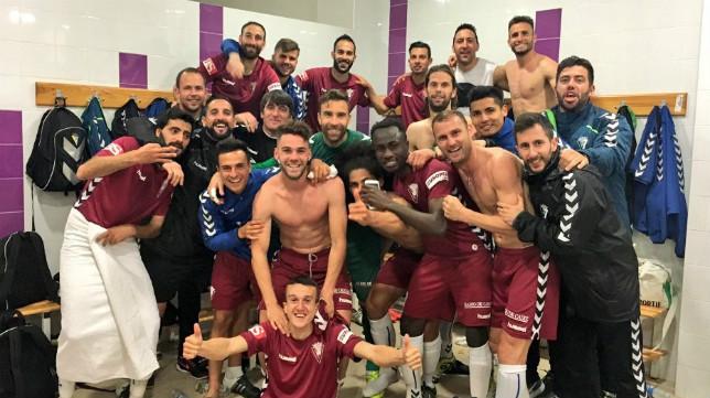 Los jugadores del Cádiz CF, en el vestuario del Ciudad de lepe, tras la victoria.