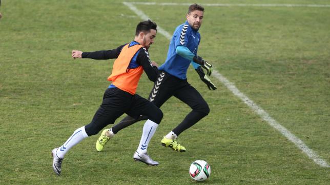 Carlos Calvo se perfila como el sustituto del lesionado Salvi en la banda derecha.