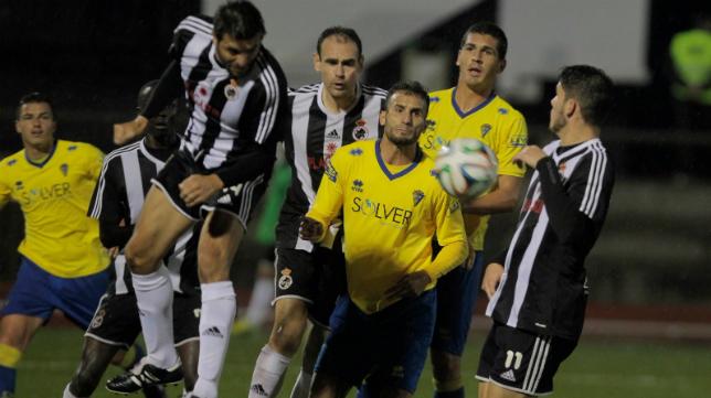 Carlos Guerra en un lance del partido del Cádiz CF ante la Balona la temporada pasada