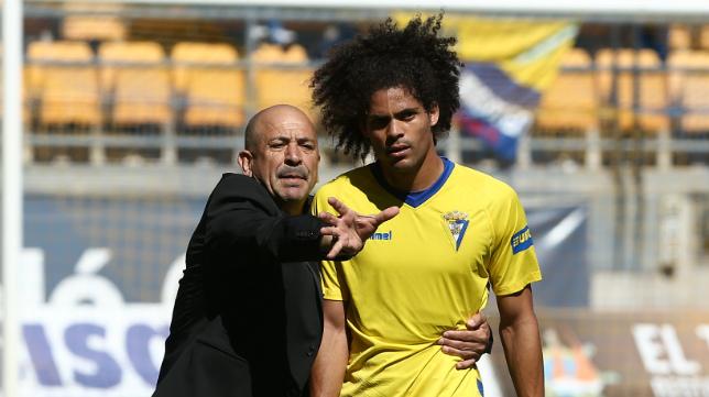 Claudio dialoga con Aridane en el descanso del Cádiz CF-Melilla.