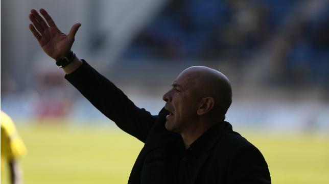 Claudio da instrucciones durante el partido ante el Melilla.