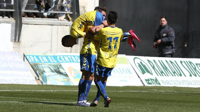 Lolo Plá coge en hombros a Salvi para celebrar el tercer gol.