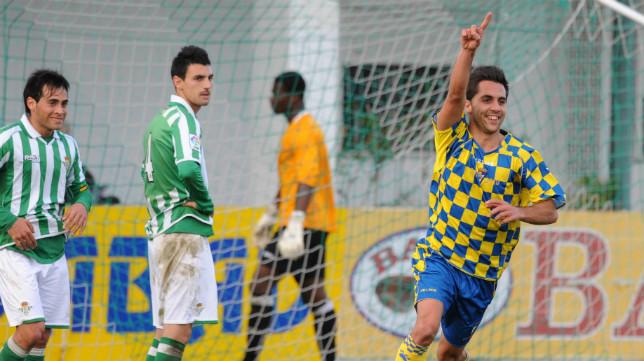 El excadista Velasco sentenció un encuentro disputado en la ciudad deportiva del Betis.