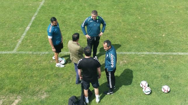 Javi Manzano junto a Cervera y el cuerpo técnico del Cádiz CF