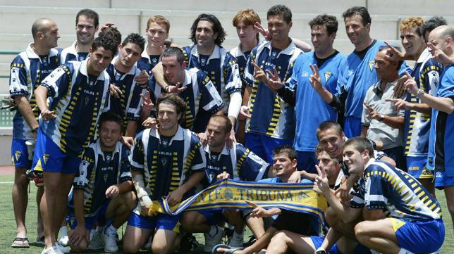David Palacios (tercero en la fila superior por la derecha) celebra junto a sus compañeros el ascenso del Cádiz CF en el Juan Guedes