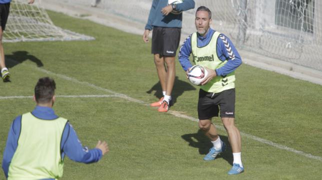 El centrocampista del Cádiz Abel Gómez asegura que el problema es más táctico que de oficio. :: víctor lópez