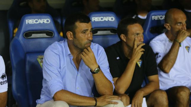 Raúl Agné, junto a sus ayudantes en el cuerpo técnico del Cádiz CF 2012/14 Rodri y Toni Masferrer.