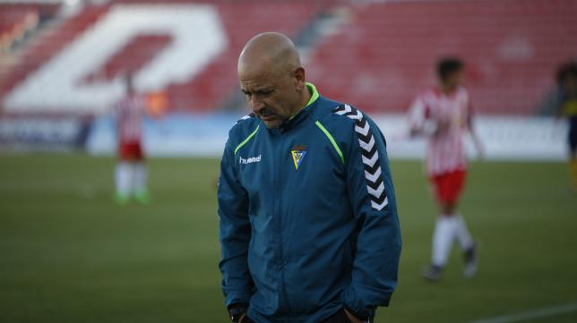 Claudio en el banquillo durante el partido frente al Almería B